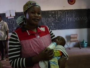 des nounous bénévoles participent aux soins des enfants